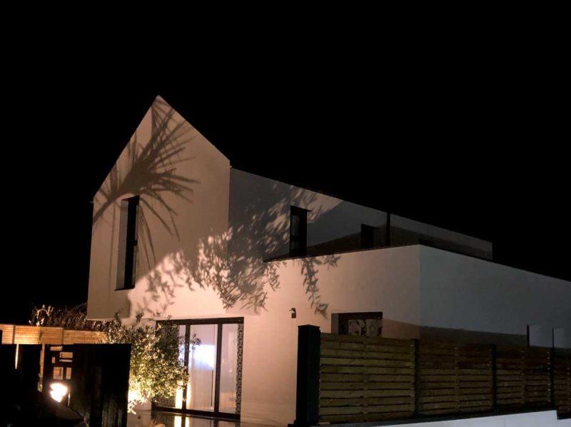 Maison-individuelle_porte-à-faux_nocturne-800x598